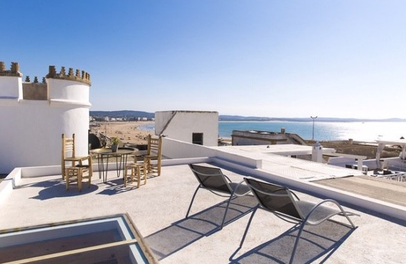 This stunning 3 bedroom penthouse with awesome seaviews just hit the market